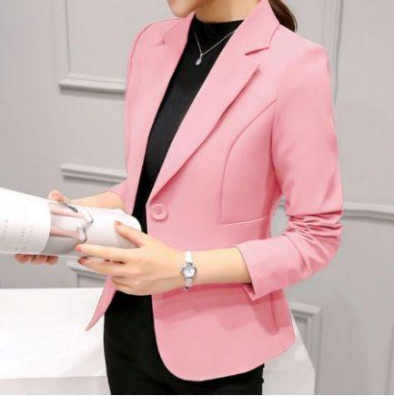 Ce Magnifique Blazer Pour Femme finalise tous vos ensembles avec style, c'est un véritable must-have dans la garde-robe femme.